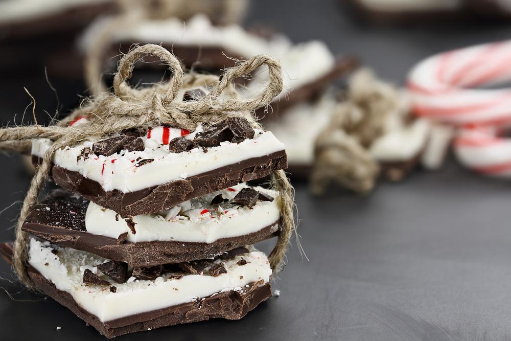 Reteta de turn de ciocolata cu frisca si capsuni