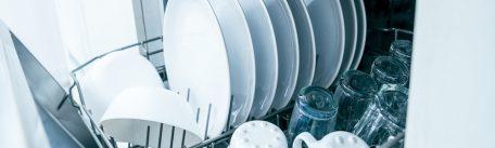 Cum sa ai vase curate si stralucitoare folosind masina de spalat – reguli pentru o spalare corecta