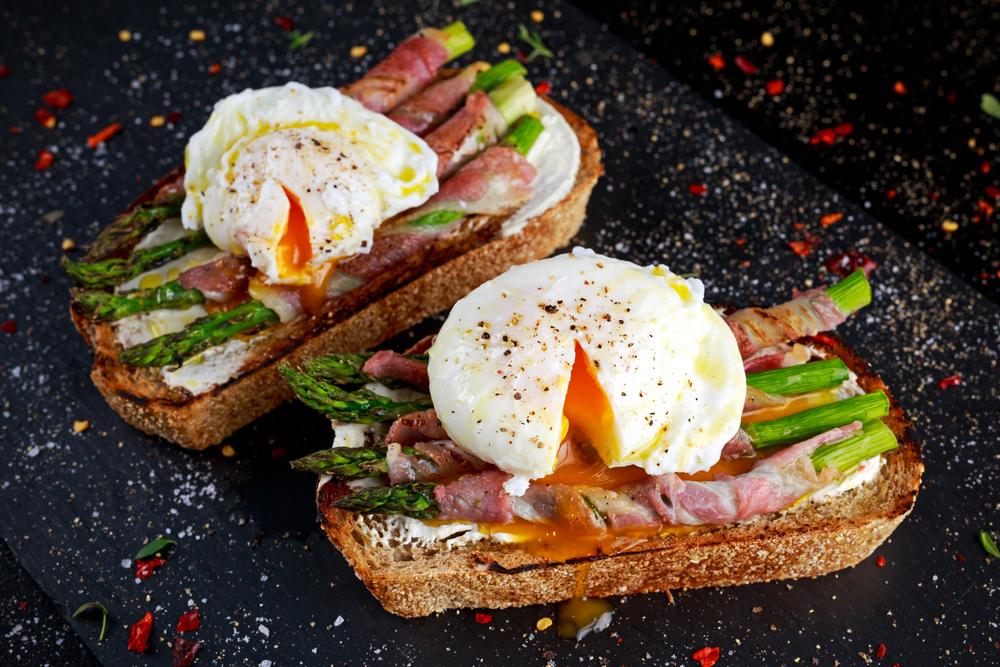 paine prajita cu sparanghel si bacon